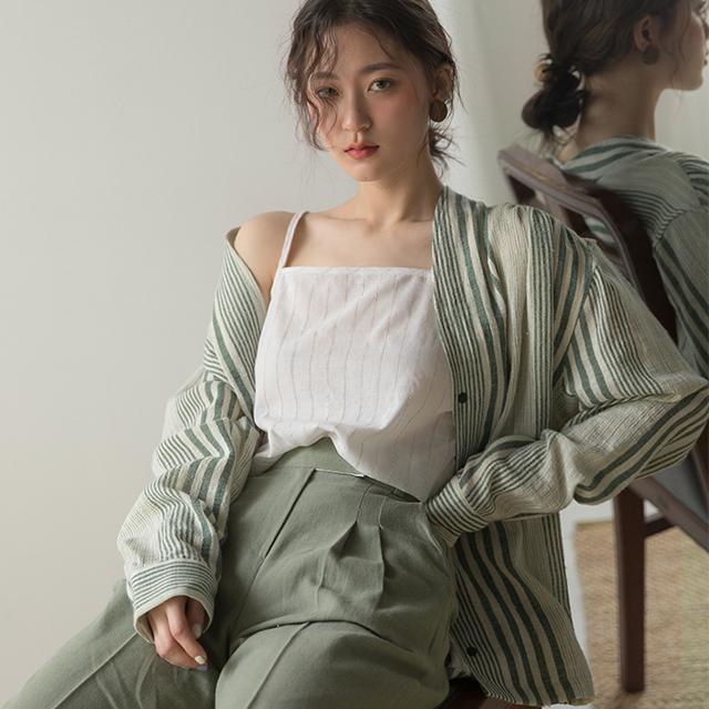 モスグリーンでまとめられたオルチャンファッション